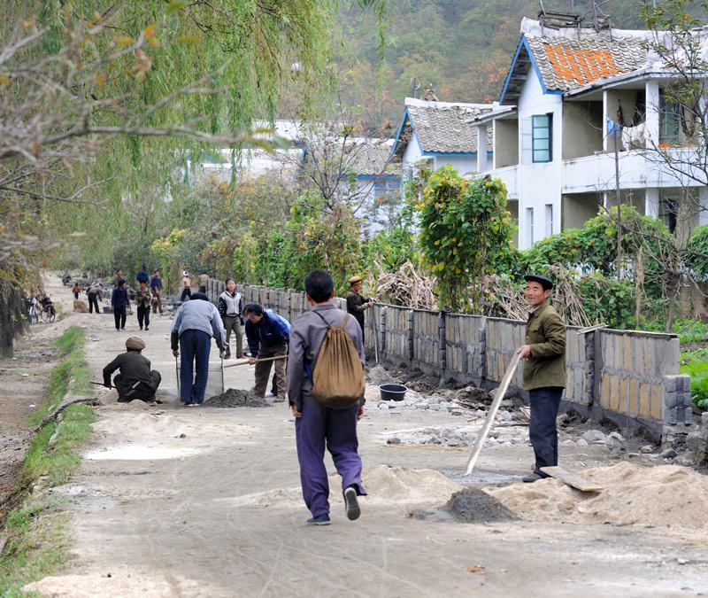 Полевые работы подходят к концу и колхозники занялись ремонтом образцово-показательной улицы.