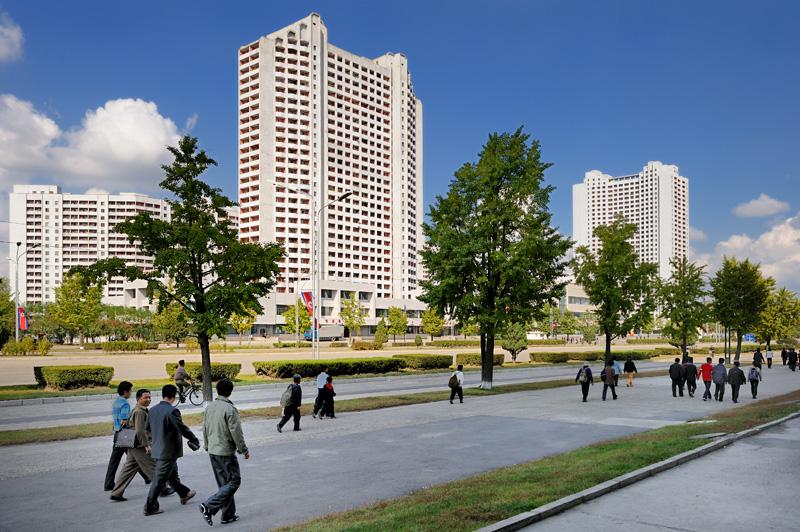 Улицы Пхеньяна. Почти все здания жилые, административных очень мало. Первые этажи — магазины.