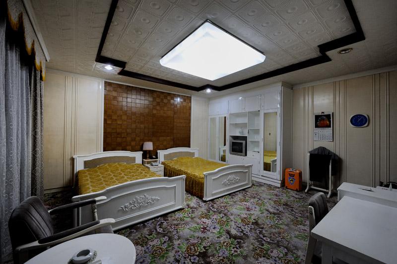 Санаторий для партийной элиты теперь передан в пользование трудящимся. Заселившись в качестве трудящегося, в номере обнаружил персональную радоновую ванну.