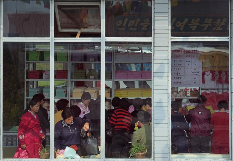 В местные магазины иностранцев не пускают. В результате не смог купить приличную одежду и в мавзолей поперся в свитере.