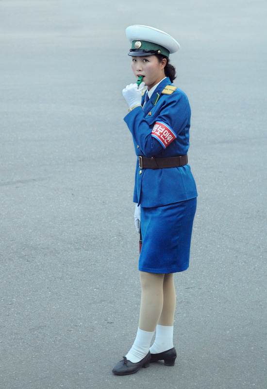 Несмотря на работающие светофоры, корейцы так и не решились отказаться от использования девушек для украшения улиц. Так и стоят они на перекрестках, эротично облизывая свисток.