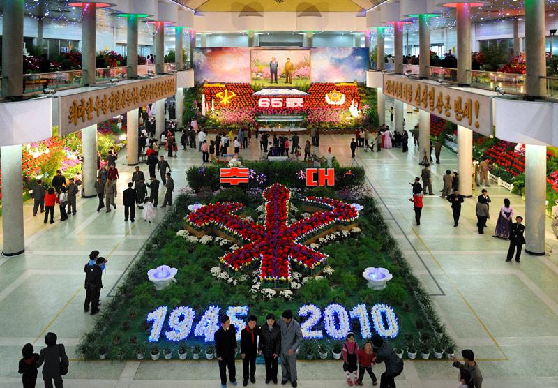 Экспонаты представлены различными организациями. Большой красный цветок назван в честь Ким Ир Сена, сиреневая орхидея в честь Юрия Ирсеновича. Из этой ботаники и формируются цветочные композиции.