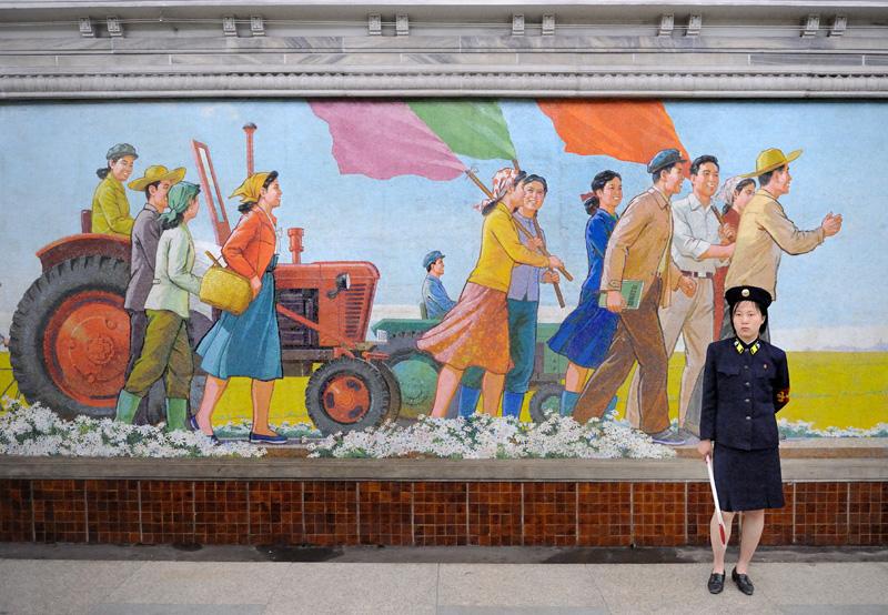 Столь же монументальны мозаики в пхеньянском метро.