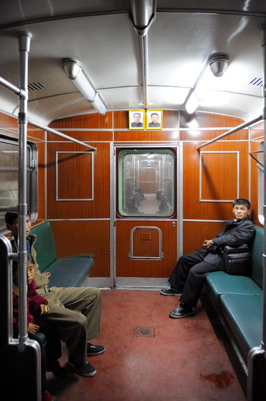 В вагонах метро двери нужно открывать и закрывать самостоятельно вручную. Больше ничего необычного.