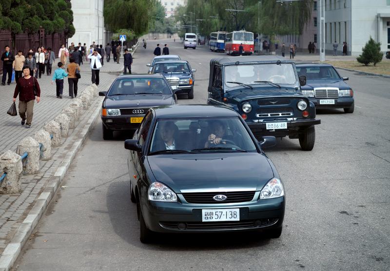 Впервые в жизни увидел современное изделие российского «АвтоВАЗа» — достаточно обычный транспорт на улицах Пхеньяна. Культурного шока не испытал, сооружение внешне очень похоже на настоящий автомобиль.