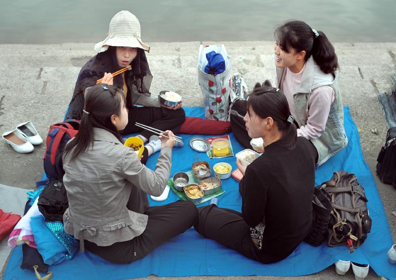 Молодежь, пикникующая вдоль набережной. Не поленился исследовать гастрономическую сторону вопроса. Ассортимент национальных блюд в судках примерно соответсвует тому, чем кормят иностранных туристов.