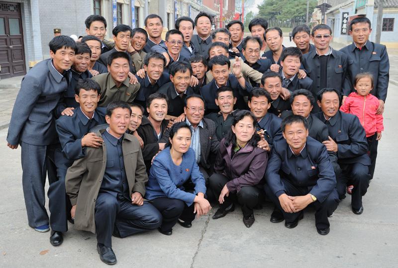 А эта группа товарищей в процессе экскурсии по киностудии решила увековечить себя с любимым актером (в центре в очках).