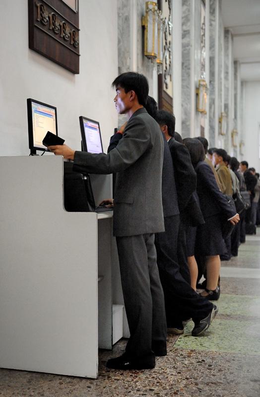 Каталог в библиотеке электронный. Книгу посетитель ищет посредством компьютера, приезжает она по специальному конвейеру.