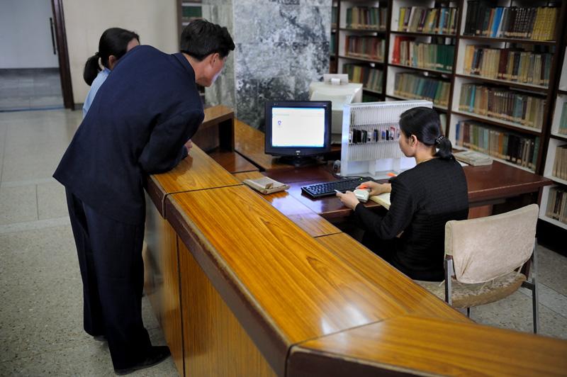 У библиотекаря сканер штрихкода. Все автоматизировано.