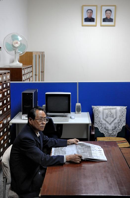 Поскольку северокорейцы лишены возможности уточнить возникший вопрос, используя интернет, на вопросы отвечает специально обученный человек в кабинете. Эдакий Ким Ян Гугл.