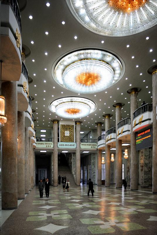 Над Пхеньяном, над центральной площадью, над трибуной с любимым руководителем возвышается Дворец учебы. По сути, это пафосная библиотека в действительно дворцовом здании.