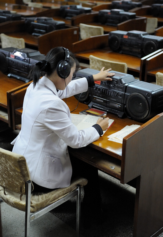 Зал для прослушивания аудиозаписей. В библиотечном фонде компакт-диски, бери и слушай. Аналогичный зал для видеозаписей.