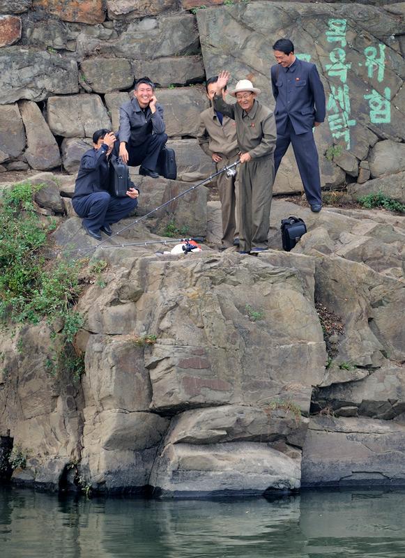 Завидев любопытствующих иностранцев, люди радостно машут руками, в том числе и военные. Несмотря на традиционные уверения гида, что корейцы не любят фотографироваться.