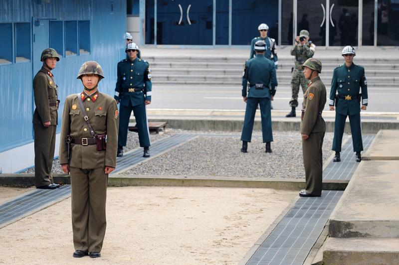 Иностранцам же в качестве развлечения, помимо музея, показывают корейско-корейскую границу. Покемоны в синей форме и фотограф — это уже южнокорейцы на южнокорейской территории.