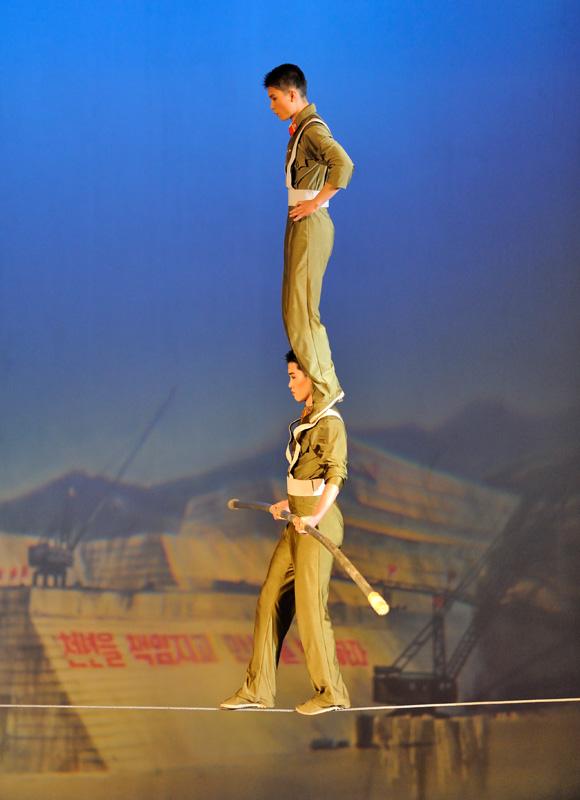 Акробаты в цирке тоже в форме.