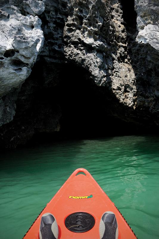 В менее нервные пещеры и гроты можно заплыть на каяке. Остров изнутри похож на большую застывшую губку. Узкие ходы извиваются во все стороны, исчезая в каменном чреве.