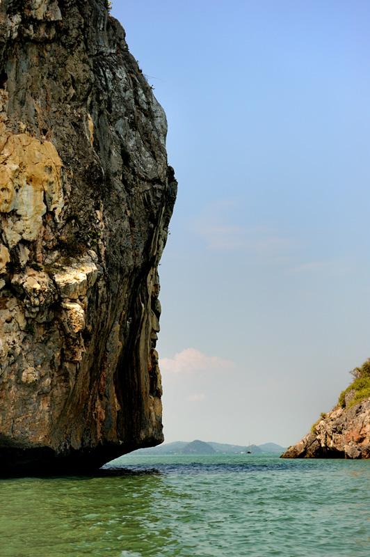 Надо отметить, что далеко не все берега (и не все острова) пригодны для высадки даже в случае острой необходимости.