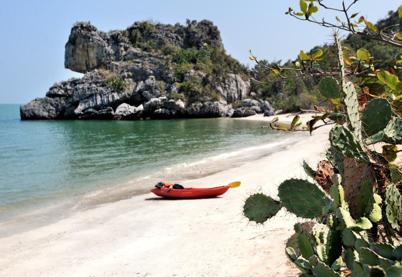 Уединенные пляжи в этой части Таиланда абсолютно пустынны и лишены следов присутствия человека. Акватория безлюдна, за исключением немногочисленных рыбаков.
