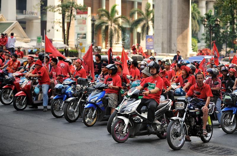 Чинават традиционно опирался на подержку сельских районов Таиланда, ублажая крестьян успешными социальными программами, кредитной политикой и ликвидацией последствий природных катакизмов. Увы, столь же крепко подружиться с горожанами               премьеру не удалось. При первом же удобном случае припомнили ему и птичий грипп, и мусульманские восстания, и коррупционные скандалы. После переворота Таксин бежал в Великобританию, где в расстроенных чувствах купил английский               футбольный клуб.