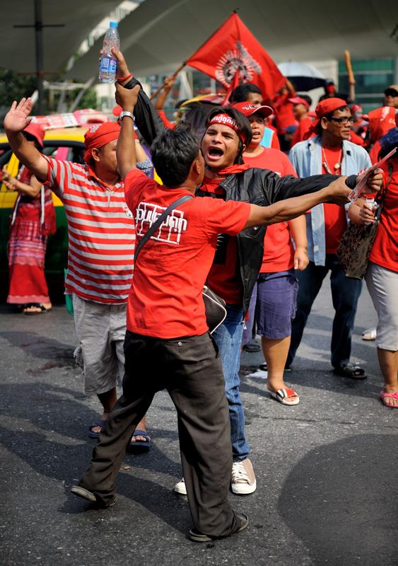 В ходе военного переворота, скоропостижно приключившегося в Таиланде в 2006 году, было свергнуто избранное правительство Таксина Чинавата — тридцатого премьер-министра страны, бывшего полицейского, успешного бизнесмена и основателя               партии «Тайцы любят тайцев» (Thai Rak Thai). Несмотря на то, что Чинават был первым в истории Таиланда главой правительства, которому удалось удержать власть в течение всего четырехлетнего срока, скрывающийся заграницей неугомонный               политик по сей день мутит революционную воду, надеясь вновь занять премьерское кресло. На родине лидер оппозиции заочно приговорен к двум годам тюрьмы по обвинению в коррупции и находится в розыске.
