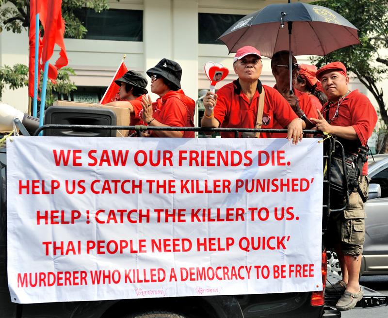 Часть лозунгов написана на английском и демонстрируется недобитым иностранным корреспондентам.