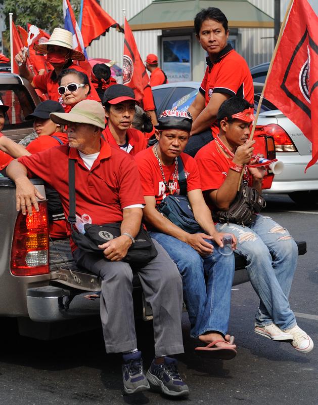 Мероприятие началось на площади Ратчапрасонг (Ratchaprasong), где в мае правительственные войска штурмовали баррикады оппозиции. После чего зачинщики взгромоздились на грузовички с установленными там мощными матюгальниками, и под               пламенные речи краснорубашечники моторизированной колонной потекли по разомлевшему от дневной жары Бангкоку.