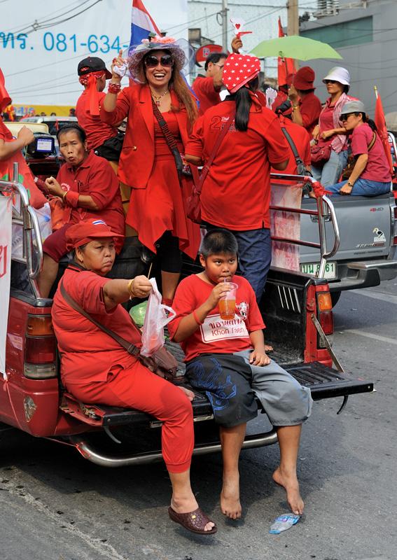 В рядах оппозиции до сих пор нет единства, выдвигать ли экономические требования, или больше напирать на политику. Оно и понятно, что с физиономиями жителей вполне процветающей и экономически развитой страны, коей является Таиланд,               сложно изображать стонущий под гнетом народ.