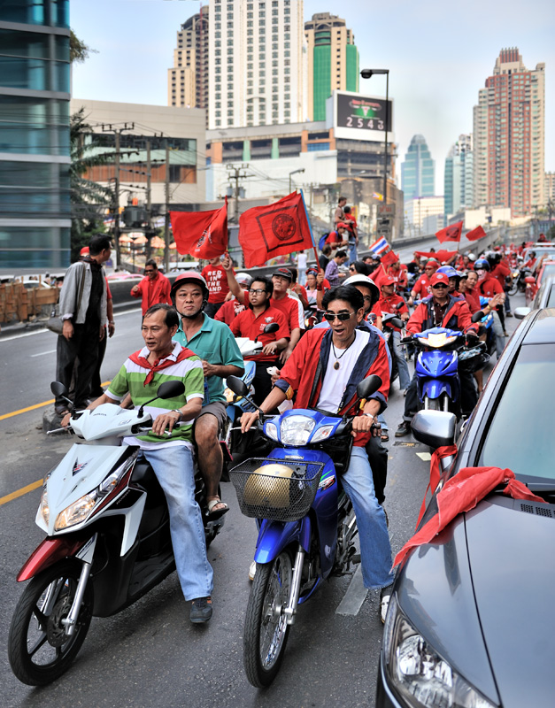 Стоит отметить, что шествие исключительно моторизованное — разношерстное скопление атотранспорта от блестящих пикапов и джипов, до мопедов и трициклов.