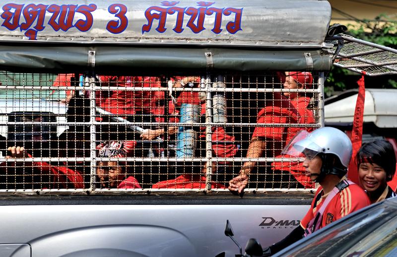 Вновь возросшая митинговая активность связана не только с отменой режима чрезвычайного положения в Бангкоке, но и с грядущими дебатами о доверии правительству, инициированными оппозицией в парламенте. Меж тем, в 2011 году в славном               королевстве Таиланд намечаются парламентские выборы.
