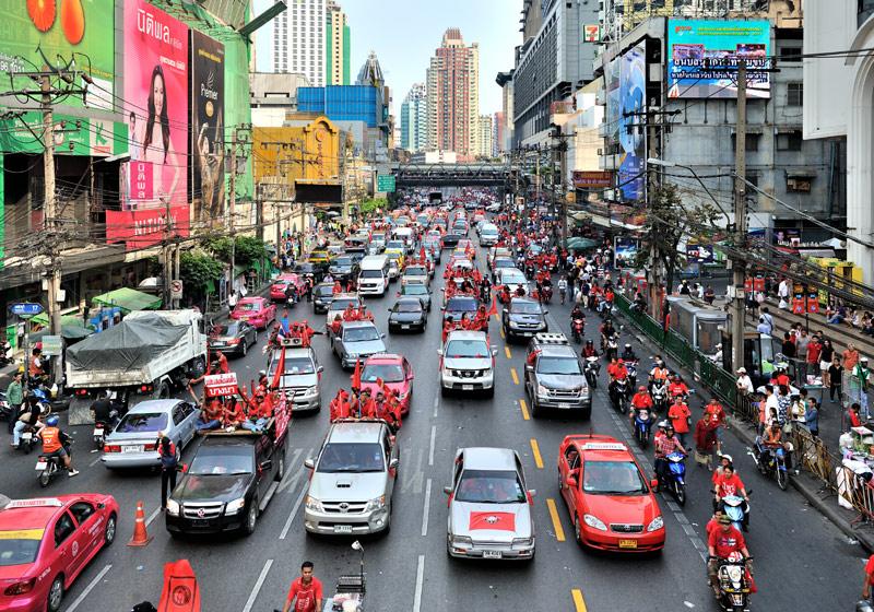 Трудно сплотить ряды однопартийцев «плечом к плечу», можно поцарапать борта автомобилей. Вот и растянулись краснорубашечники на многие километры по бесконечно огромному Бангкоку.