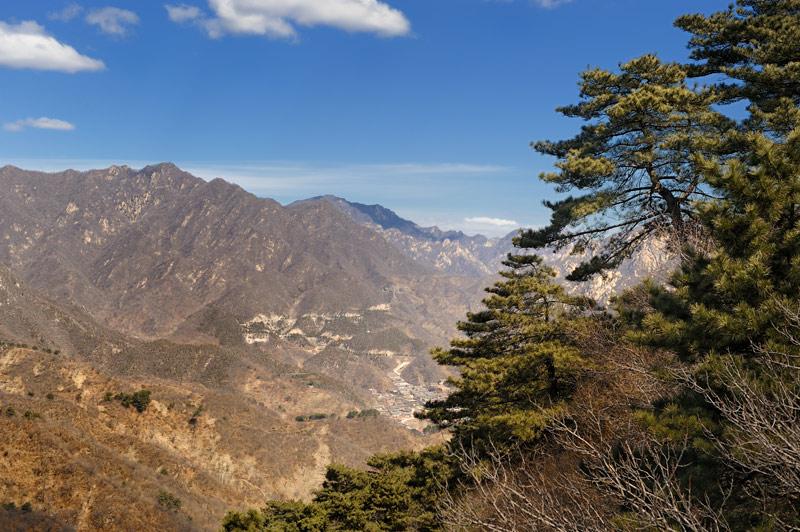 Посему мудрые китайские императоры издревле додумались направлять активность подданных в мирное русло. Иначе давно сровняли бы и горы.