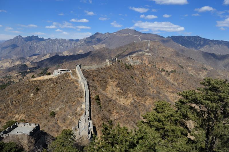 Отреставрированный на потеху туристам участок Великой китайской стены. Позволяет воочию наблюдать, как выглядела стена сразу после завершения строительства в этом месте, хотя и лишает нас очарования подлинных развалин.