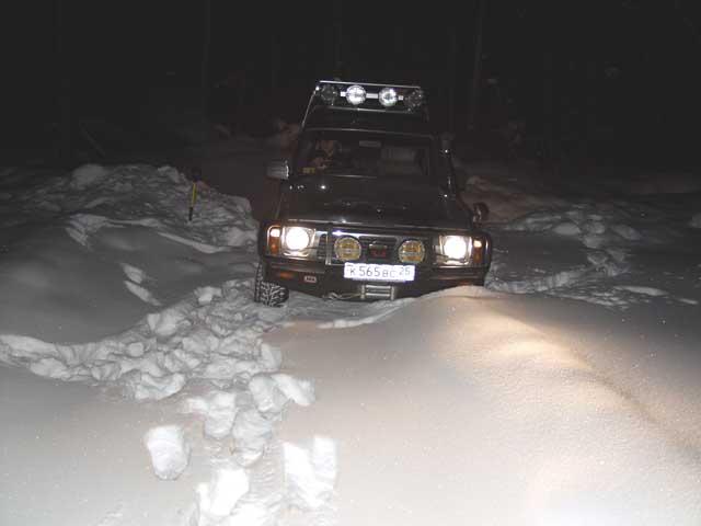 Собственно до места добрались как всегда в темноте. Везде немного насыпано снега. Где забомжиться - хрен знает. Хрен тоже не знал, поэтому стали ломиться, куда глаза глядят.