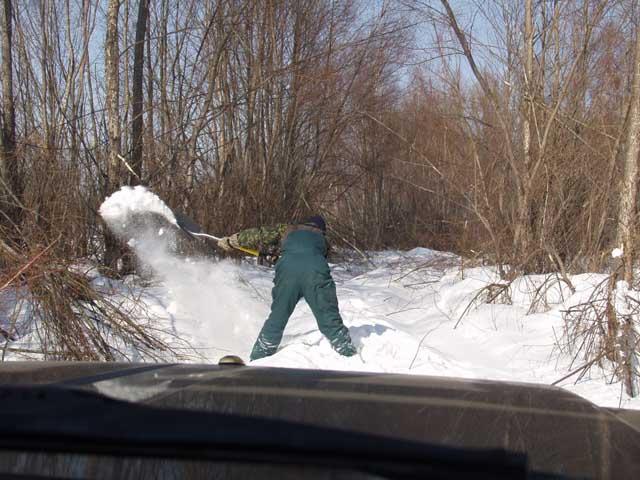 На следующий день решили мы заняться дорожным строительством. Идет проверка глубины снежного покрова.