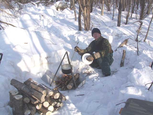 Что бы мы делали без предусмотрительно взятого Димой листа металла. Поскольку до грунта сквозь снег мы так и не докопались, то костер проваливался к центру Земли. Дима колдует с пельменями.