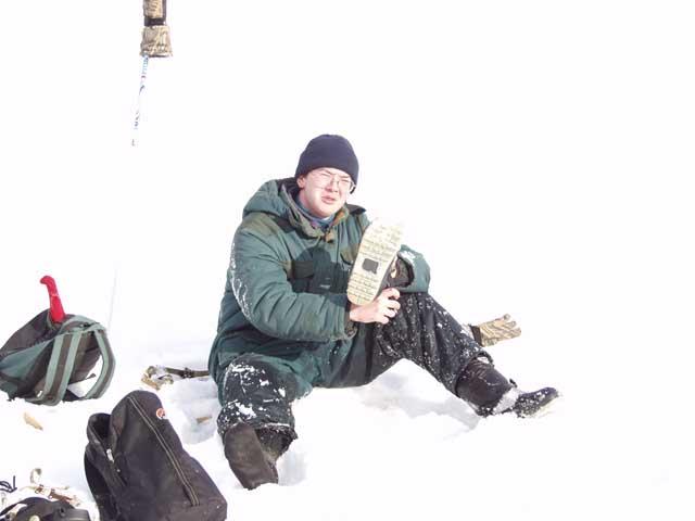Однако Дима провалился под лед. Оно конечно не тонет, но мерзнет. Впрочем, первый раз что ли? Воду из ботинок вылил и вперед.