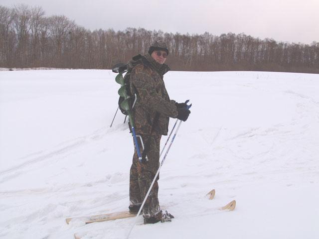 Периодически меняя место дислокации, исследуем водоем на предмет наличия рыб. Бур Моро Эксперт успешно дырявит метровый лед.