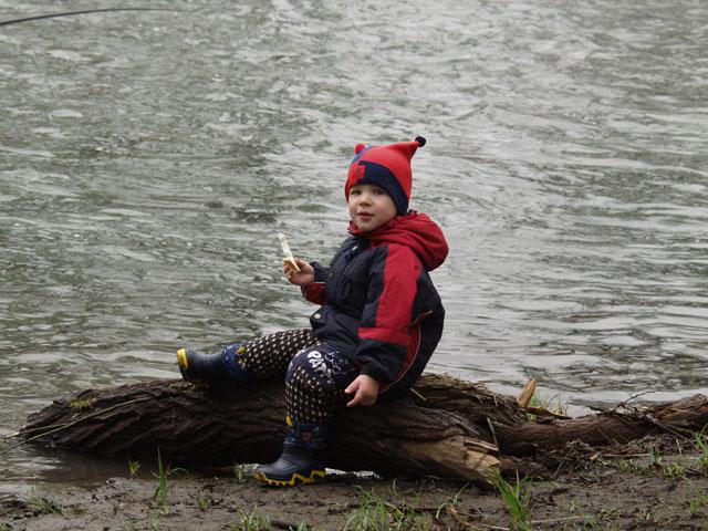 Марк первый раз в жизни оказался на речной рыбалке.