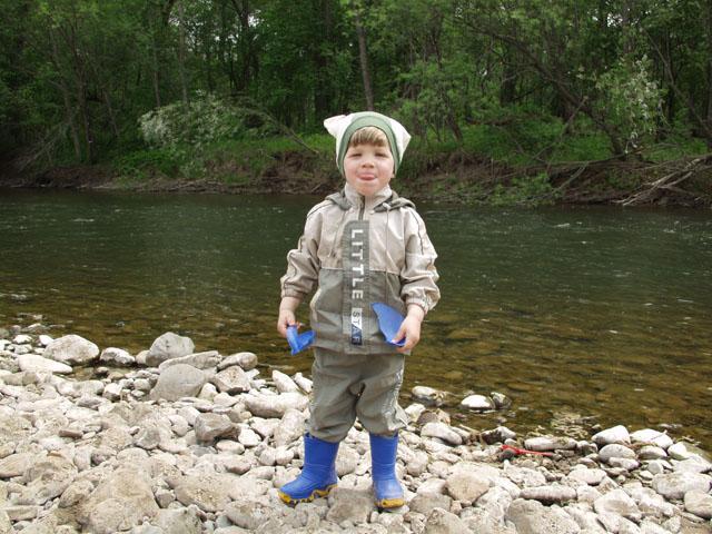 Свозил разок на рыбалку, на свою голову... Теперь дрыном не отвадишь. Однако понравилось.