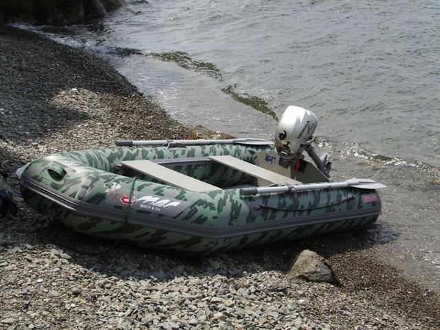 Вот он наш резиновый пароход, отдыхает в тени.