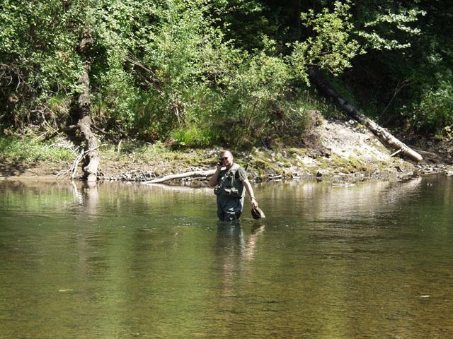 Ага, вот еще глюк. Чтобы позвонить домой, пришлось выползать на середину реки. Огромные деревья по берегам напрочь закрывали спутники.