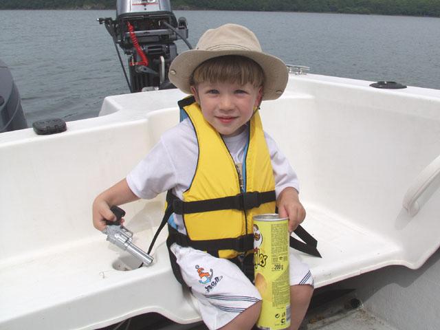 Марк обсиживает новую лодку.