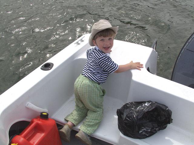 А, ну вот детеныш резвится. Тепереча как настоящий морской волк, типа без схода на берег. Таки и колбасился весь день в лодке. Пущай тренирует вестибулярный аппарат.