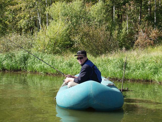 Олег все еще упорствует, пытаясь поймать змееголова. Однако к полудню стала ясна тщетность наших рыболовных потугов. Решили перебраться в низовья Уссури. Будем ловить щуку.
