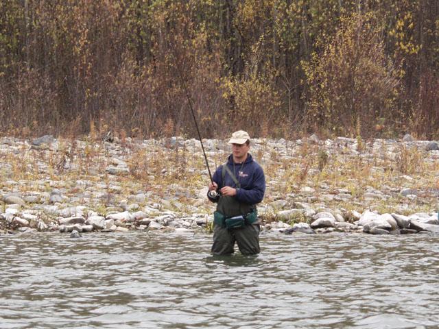 А в реке рыбы напихано, просто страшное количество. Вот Олег с важным видом периодически вынимает эту рыбу на сушу.