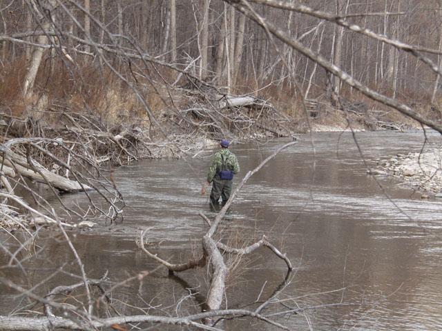 Заниматься убийством последних, чудом выживших рыб, рука не поднялась. Дима исполнил рыбацкий долг, немного потоптавшись в самом глубоком месте. Однако река высохла.