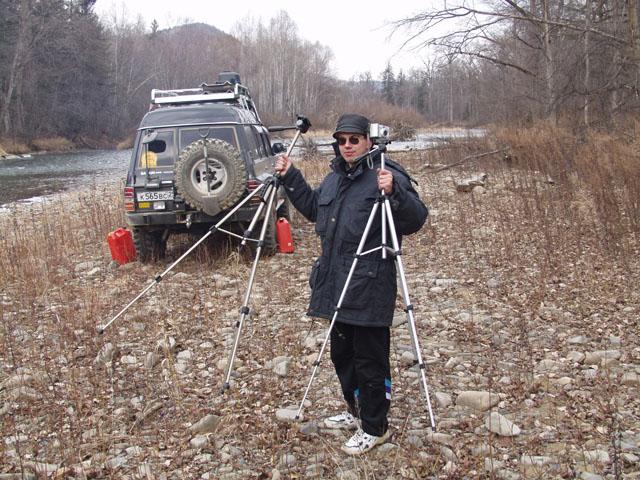 Следующее бомжевище организовали на Извилинке. Торжественно достали из чехлов вместо удочек штативы. И рыба останется цела, да и легче нетвердым рукам держать фотоаппарат.