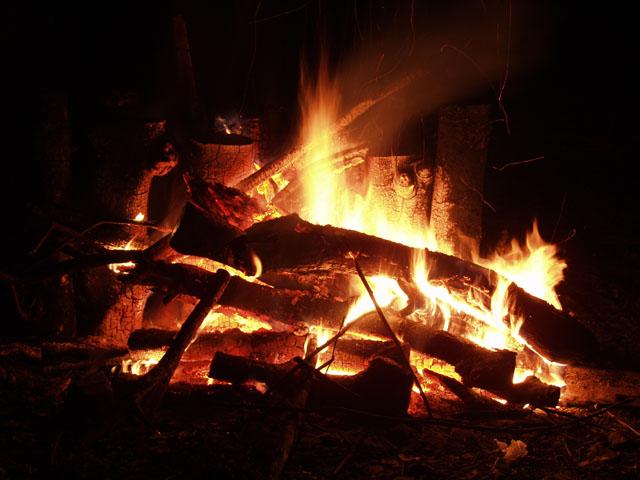В эту ночь мы имели роскошный костер, в отличии от предыдущей ночи, когда костер имел нас.