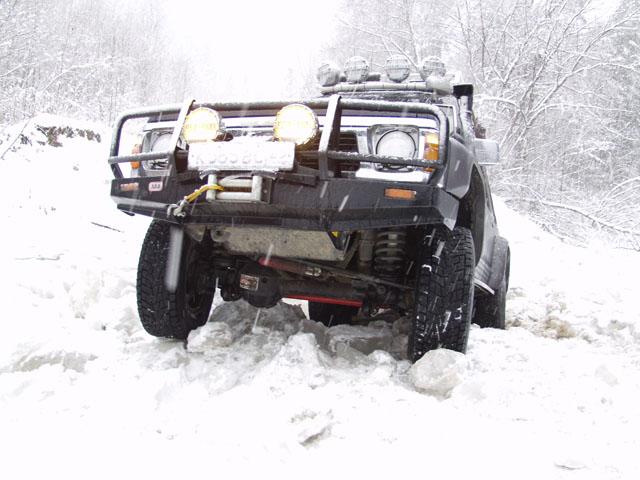 Утро встретило нас легким похмельем и тяжелым снегопадом. По мере того, как мы продвигались в горы, толщина снежного покрова росла как пошлины на автомобили. Любимая дорога Слинкино - Медвежий Кут нас не разочаровала. Бодрый рельеф местности       не давал заснуть за рулем.