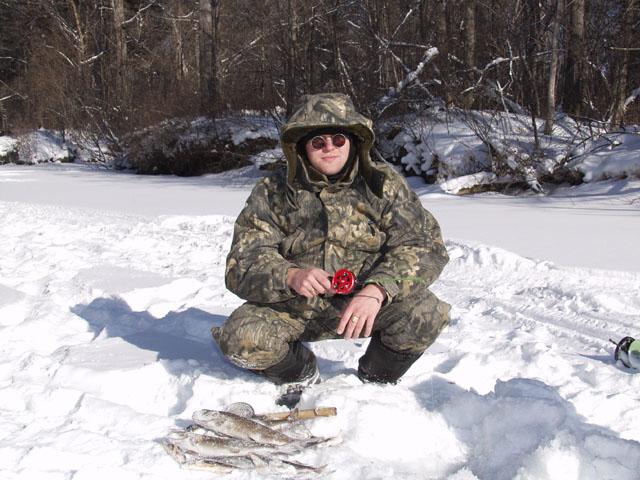 Полоскание мормышки в водах Бикина. Разные рыбы ловятся достаточно активно. Правда я приперся на рыбалку с леской 0,12. Пришлось выпрашивать у сорыбальников леску 0,3 и 0,4. И эти лески обрывались нахер вместе с половиной               неморозостойкой удочки. Наглые рыбьи морды явно не пролазили в лунку.